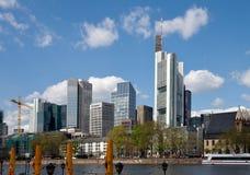 Stadtbild Frankfurts morgens Maine Stockbilder