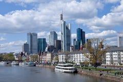 Stadtbild Frankfurts morgens Maine Stockfotografie