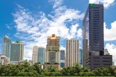 Stadtbild hinter einem allgemeinen Park Stockfoto
