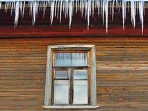 Stadtbild im alten Fenster des Winters Lizenzfreies Stockfoto