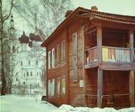 Stadtbild im alten gebrochenen Haus des Winters Lizenzfreie Stockbilder