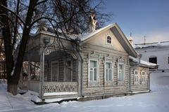 Stadtbild im Winterfenster im alten Haus Lizenzfreie Stockfotografie