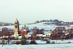 Stadtbild im Winterfenster im alten Haus Lizenzfreie Stockfotos