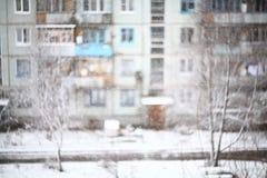 Stadtbild im Winterfenster im alten Haus Lizenzfreies Stockbild