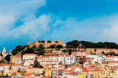 Stadtbild in Lissabon, Portugal mit mittelalterlichem Schloss Lizenzfreie Stockfotografie