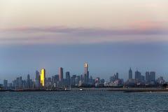Stadtbild Melbournes Australien Ansicht über Wasser bei Sonnenuntergang stockbild