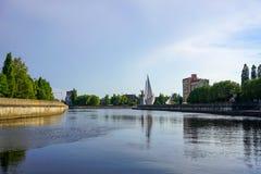 Stadtbild mit Ansicht des Flusses, des Monuments nach Sankt Nikolaus und der modernen Gebäude Stockfotos