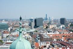 Stadtbild mit blauem Himmel Stockbilder