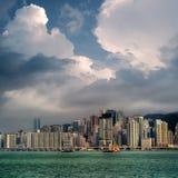 Stadtbild mit blauem Himmel und weißen Wolken Stockbild