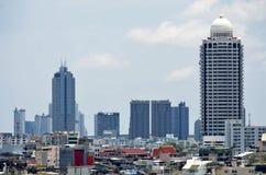 Stadtbild mit den alten und modernen Gebäuden von Bangkok stockbild