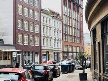 Stadtbild mit Gebäuden und Autos Stockbild