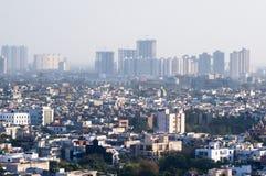 Stadtbild mit Häusern, Büros und Himmelschabern im noida Delhi lizenzfreies stockbild
