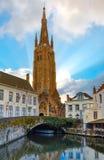 Stadtbild mit Kanal Dijver und eine Kirche von unserem Stockfotografie