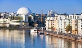 Stadtbild mit Stockholm-Kugel-Arena Stockfotos