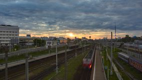 Stadtbild mit vielen Eisenbahnlinien und dem Pendlerpassagier elektrisch stockfotografie
