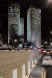 Stadtbild nachts - Stadt-Lichter und Verkehr Lizenzfreies Stockbild