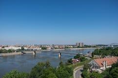 Stadtbild in Novi Sad mit Varadin-Brücke Duga und die Donau Von Petrovaradin-Festung Serbien stockbild