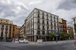 Stadtbild in Santa Cruz-Quadrat im historischen Teil von Madrid stockfoto