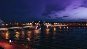 Stadtbild St- Petersburg` s der berühmten Palast-Brücke über Neva River nachts stock footage