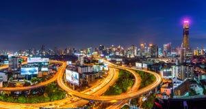 Stadtbild und Verkehr nachts in Bangkok, Thailand Stockfotos