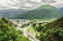 Stadtbild unter den Pyrenäen Stockfotos