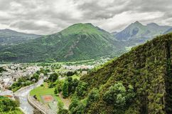 Stadtbild unter den Pyrenäen Stockfotografie