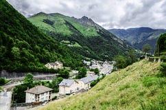 Stadtbild unter den Pyrenäen Stockfoto
