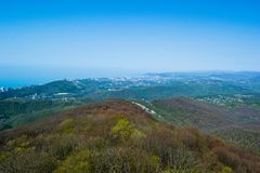 Stadtbild vom Berg Akhun des Kaukasus, Sochi, Russland Stockfoto