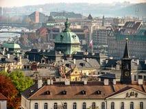 Stadtbild von altem Prag, deckte Dächer von alten Häusern mit Ziegeln lizenzfreies stockfoto