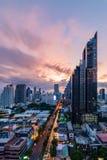 Stadtbild von Bangkok während der Dämmerung stockfotos