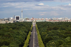Stadtbild von Berlin mit Tiergarten-Park im Vordergrund Stockbilder