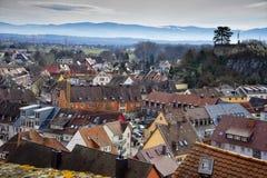 Stadtbild von Dächern von Breisach morgens Rhein Schwarzwald Deutschland lizenzfreie stockfotos