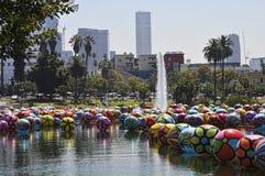Stadtbild von den großen Ballonen, die in Los Angeles Macarthur Park schwimmen Stockbild