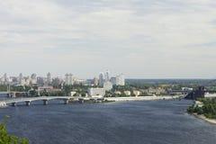 Stadtbild von der hohen rechten Bank des Dnieper Lizenzfreies Stockfoto
