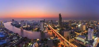 Stadtbild von Fluss in Bangkok-Stadt mit hohem Bürogebäude in der Nachtzeit Stockfotos