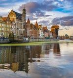Stadtbild von Gdansk in Polen, bunte Fassaden von Häusern und Reflexion im Wasser Lizenzfreies Stockfoto