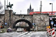 Stadtbild von Köln von der der Rhein-Brücke mit Statue Lizenzfreie Stockbilder