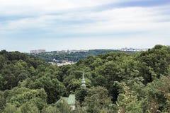 Stadtbild von Lemberg, Ukraine Helm der Kirche unter Bäumen stockbilder