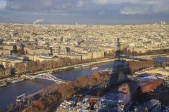 Stadtbild von Paris, Schatten vom Eiffelturm sichtbar auf dem Bild. Stockfoto