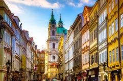 Stadtbild von Prag mit mittelalterlichen Türmen und bunten Gebäuden stockfotos