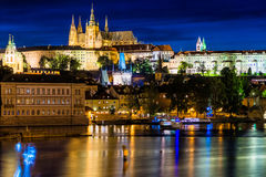 Stadtbild von Prag mit Schloss, Türmen und Charles Bridge an Ni Lizenzfreie Stockfotos