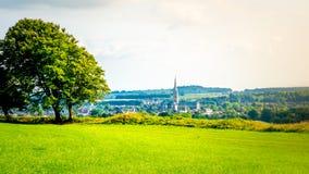 Stadtbild von Salisbury mit der Kathedrale vom alten Sarum in Salisbury, Großbritannien stockbilder