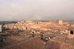 Stadtbild von Siena mit starkem Nebel auf Hintergrund Toskana, Italien Lizenzfreie Stockfotografie