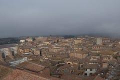 Stadtbild von Siena mit starkem Nebel auf Hintergrund Toskana, Italien Stockfotos