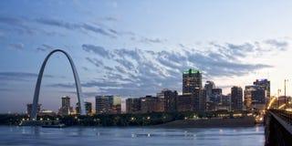 Stadtbild von St. Louis an der Dämmerung Stockbild