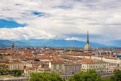 Stadtbild von Torino Turin, Italien mit der Mole Antonelliana, das über die Gebäude hochragt Wickeln Sie Sturmwolken über den Alp Lizenzfreie Stockfotografie