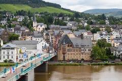 Stadtbild von Traben-Trarbach mit den Leuten und Autos, welche die Brücke über Fluss Mosel kreuzen Lizenzfreie Stockfotografie