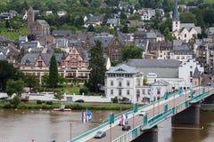 Stadtbild von Traben-Trarbach mit den Leuten und Autos, welche die Brücke über Fluss Mosel kreuzen Stockfoto