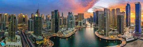 Stadtbild vor Sonnenuntergang lizenzfreie stockbilder