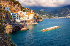 Stadtbildansicht von Amalfi mit bunten Häusern und dem Ozean lizenzfreies stockbild